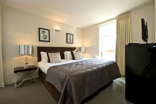 A bed or beds in a room at Fraser Residence Bishopsgate