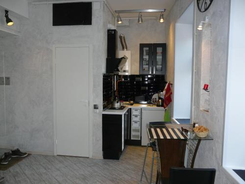 A kitchen or kitchenette at Modern Apartments
