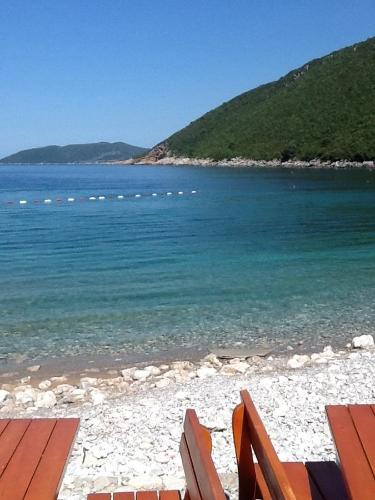 En strand ved eller i nærheten av villaen
