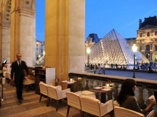 A restaurant or other place to eat at Villa du Louvre