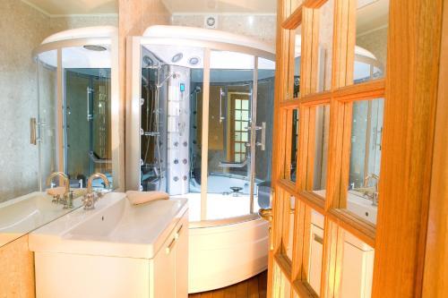A bathroom at Abesses Apartment