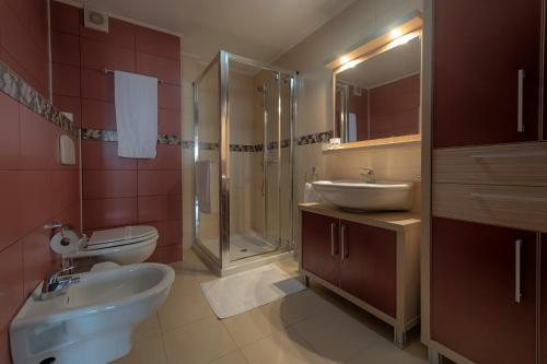 A bathroom at Samali Residence