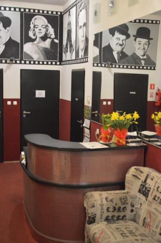 De lobby of receptie bij Hostel B Movie