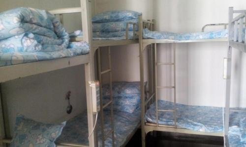 Uma ou mais camas em beliche num quarto em Beijing Yanyan Student Apartment