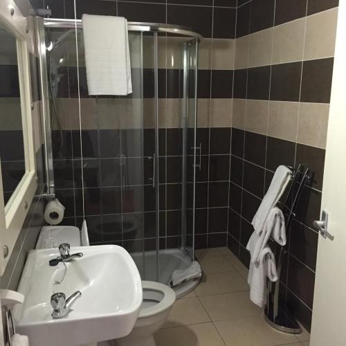 A bathroom at Tides Apartments Liscannor