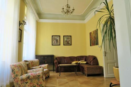 Area tempat duduk di Old Town Gate Apartment