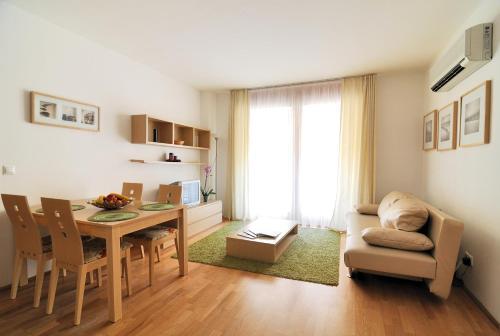 A seating area at Leda Apartments