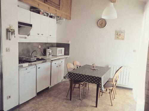 Cuisine ou kitchenette dans l'établissement Studio hyper-centre AX - 4 pers