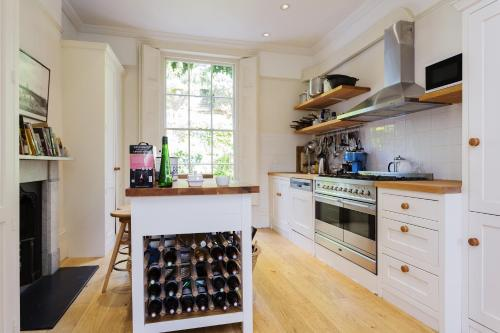 A kitchen or kitchenette at Veeve - Five Bedroom House in Greenwich
