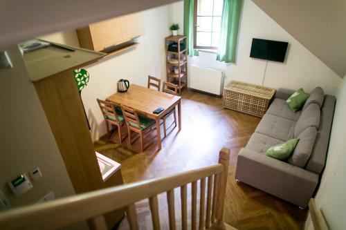Ein Sitzbereich in der Unterkunft Apartmán Pod sjezdovkou