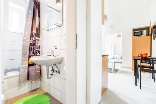 A bathroom at Apartments Mönchengladbach
