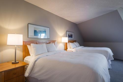 A bed or beds in a room at Whistler Peak Lodge