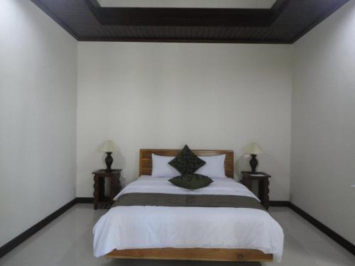 A bed or beds in a room at Alit Bali Villa