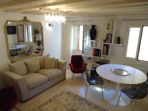 A seating area at Ca' dei Carpini