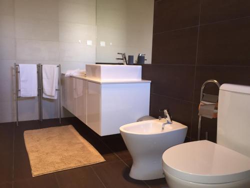 A bathroom at Guest House Foz Beach