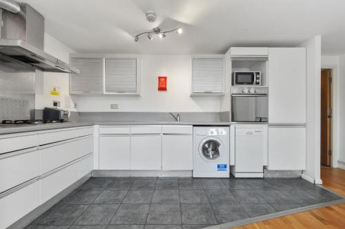 A kitchen or kitchenette at Access Apartments City