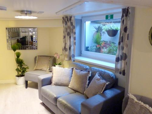 A seating area at Sea Chest Apartments
