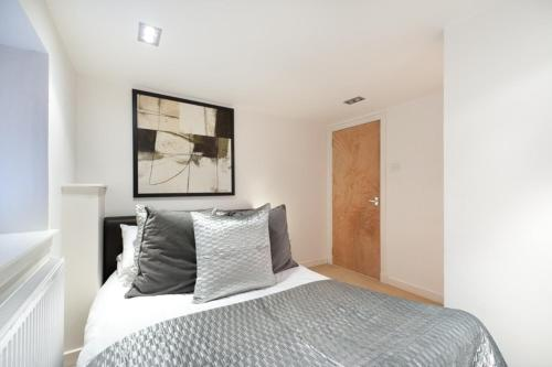 A bed or beds in a room at Henderson Street Apartment