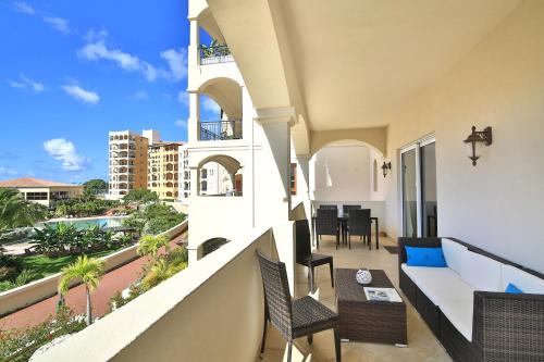 A balcony or terrace at Aazure Porto Cupecoy