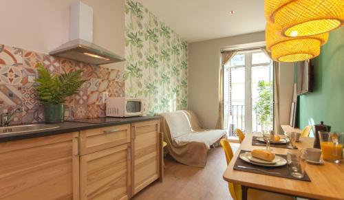 A kitchen or kitchenette at Suites You Zinc
