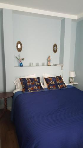A bed or beds in a room at Doulahuis