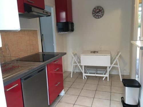 A kitchen or kitchenette at Appartement de charme proche parc du Château de Fontainebleau