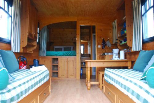 Un ou plusieurs lits dans un hébergement de l'établissement Les Roulottes Du Bazois