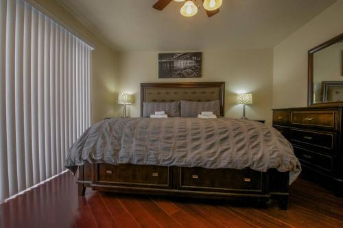 A bed or beds in a room at 4 Bedroom House in Groveview Lane, Las Vegas