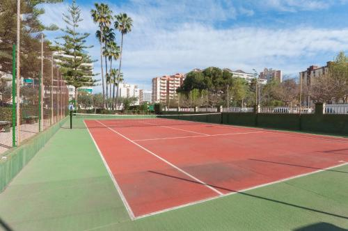 Tennis and/or squash facilities at Rosmeri or nearby