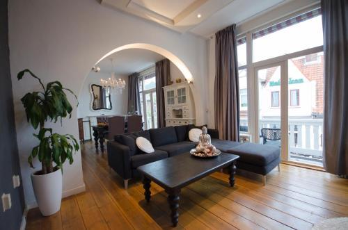 Een zitgedeelte bij SunnyBeach Luxury apartment