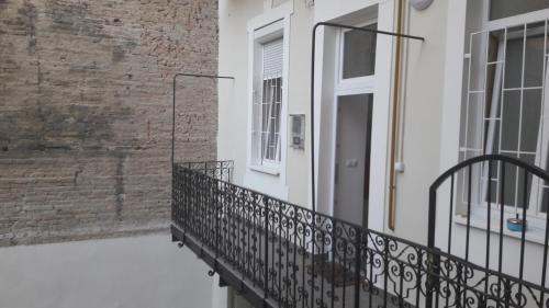 Balcony o terrace sa Bright flat in heart of the city