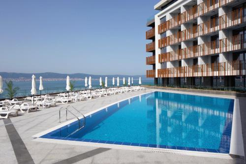 The swimming pool at or near Aparthotel Paradiso