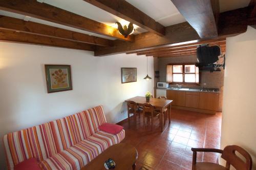 El salón o zona de bar de Apartamentos el Cueto de los Collado