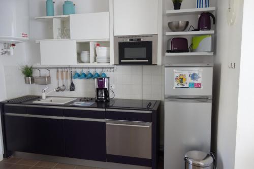 A kitchen or kitchenette at La Garzette