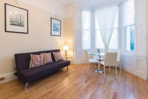 A seating area at Little Venice 2 Bedroom