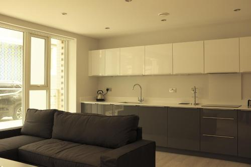 A kitchen or kitchenette at Pinnacle Residences- Vesta apartments