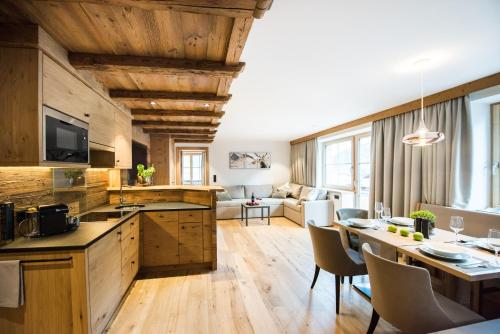 A kitchen or kitchenette at Pepi's Suites - Lechtal Apartments