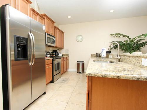 Cuisine ou kitchenette dans l'établissement Candy Palm Townhome 8883