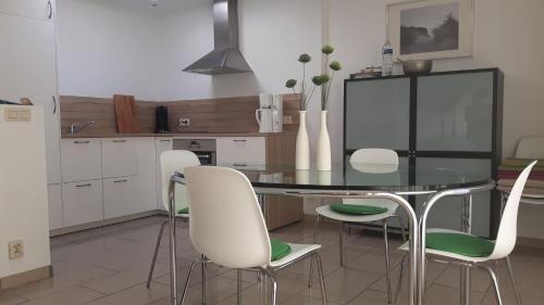 A kitchen or kitchenette at Old England I