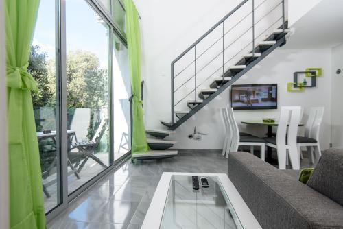 A seating area at Apartments Mali Stradun