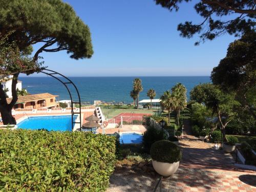 Uitzicht op het zwembad bij Mansion Alhamar of in de buurt