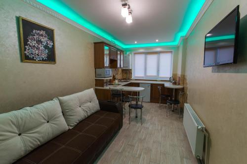 Лаундж або бар в Modern apartment on Akademika Sakharova 27a