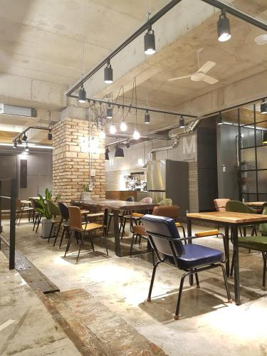 A restaurant or other place to eat at TraveLight Hostel