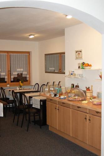 Ein Restaurant oder anderes Speiselokal in der Unterkunft Brucker Gästehaus
