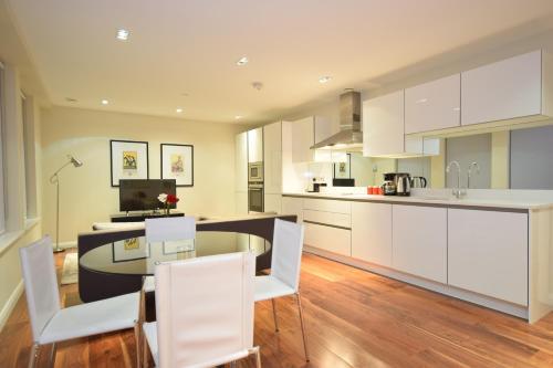 A kitchen or kitchenette at Valet Apartments Aston House
