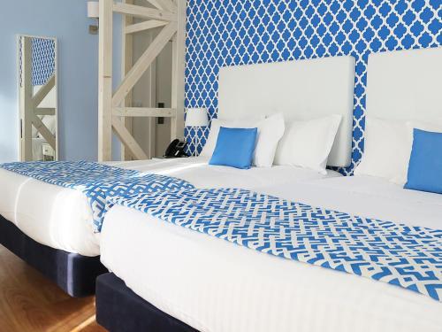 Een bed of bedden in een kamer bij Dream Chiado Apartments