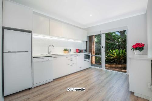 A kitchen or kitchenette at Greenwich Garden Apartment
