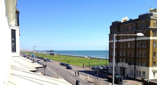 Beach View Apartment - Direct Sea Views - Sleeps 2 to 6 guests