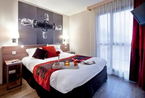 A bed or beds in a room at Aparthotel Adagio Aix-en-Provence Centre