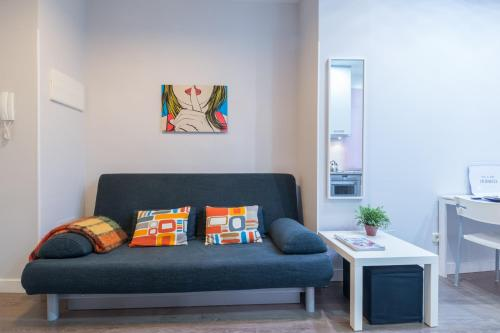 A seating area at Friendly Rentals Ventas Studio
